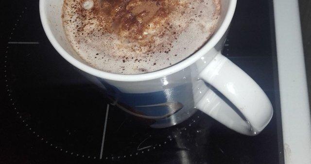 Vroč nutellin napitek s sladoledom in smetano
