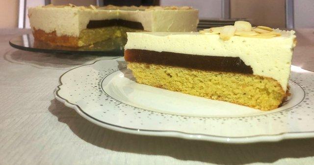 Skutina torta s kakijevim želejem in mandljevim biskvitom