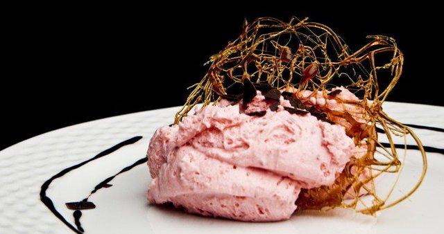 Jagodna zmrzlina s čokoladnim čipsom