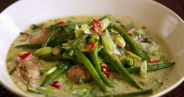 Zelen piščančji curry s stročjim fižolom