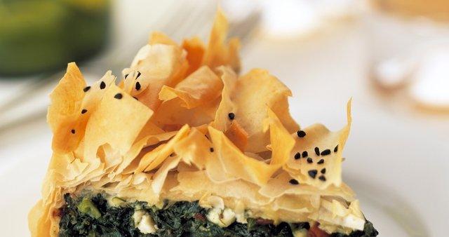 Grška pita s špinačo, pinjolami in feta sirom