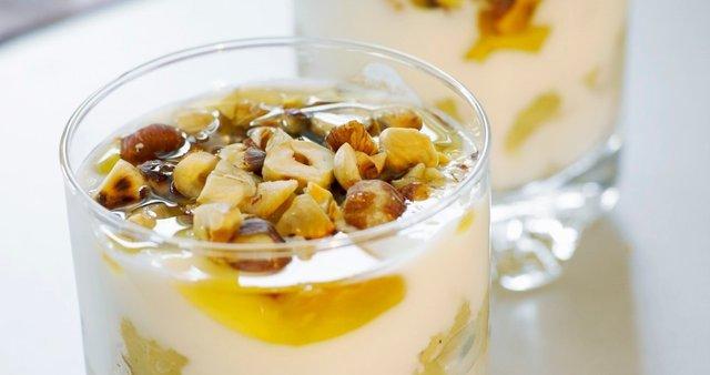 Dušena jabolka z jogurtom, lešniki in medom