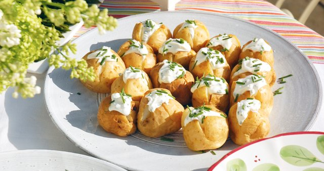 Pečeni krompirčki s smetano in drobnjakom
