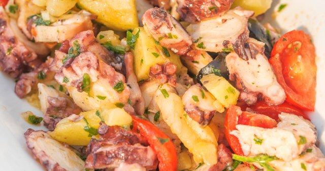 Hobotnica s krompirjem v solati