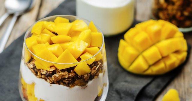 Parfait z grškim jogurtom, granolo in mangom