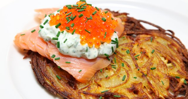Krompirjeve palačinke z lososom in kaviarjem