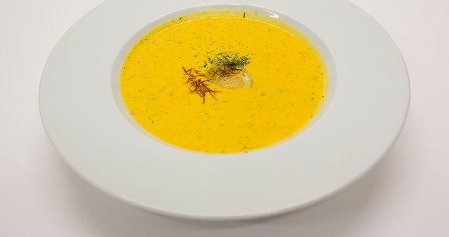 Lososova juha s spirulininim kruhom