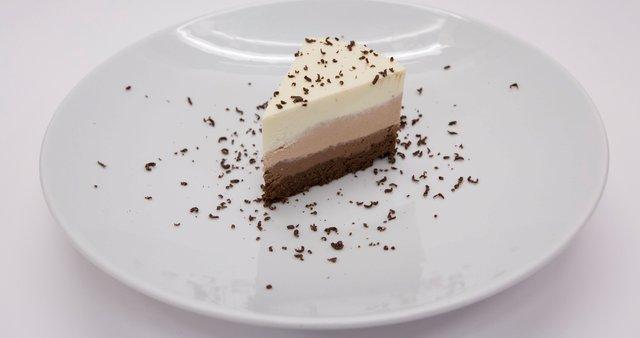 Kremasta tortica iz treh vrst čokolade