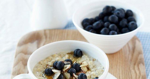 Kvinojina kaša z borovnicami in mandlji