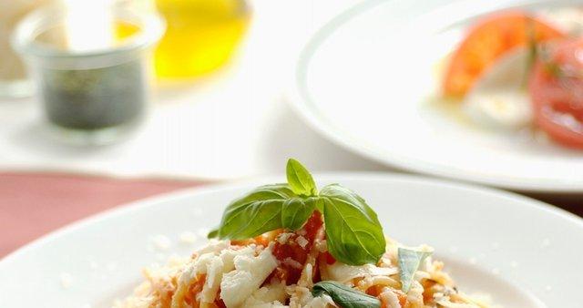 Špageti s paradižnikom, mocarelo in svežo baziliko
