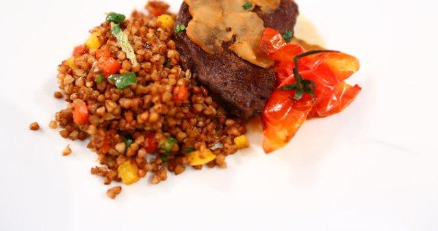 Biftek z belim tartufom in ajdovo kašo s papriko
