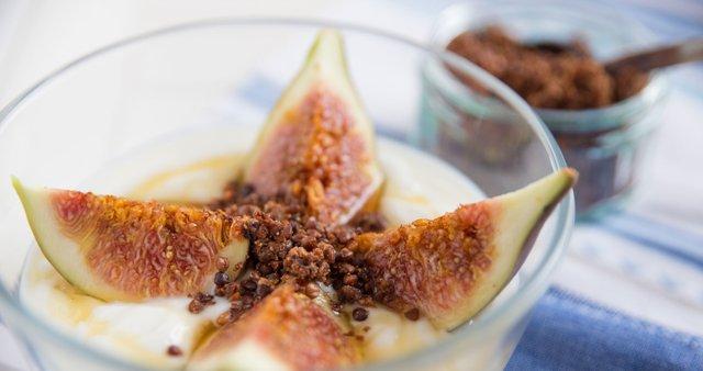 Grški jogurt s figami, granolo in medom