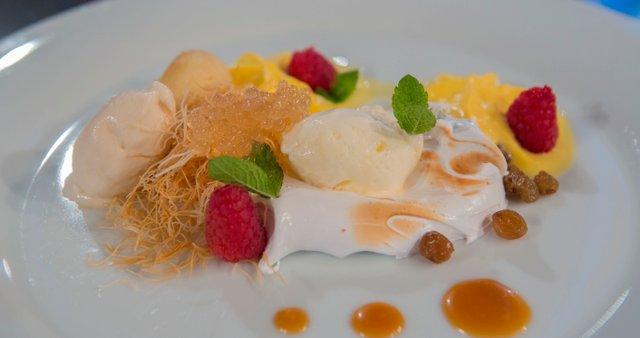 Karamelizirana jabolka s pomarančno peno, meringo in karamelnim sladoledom
