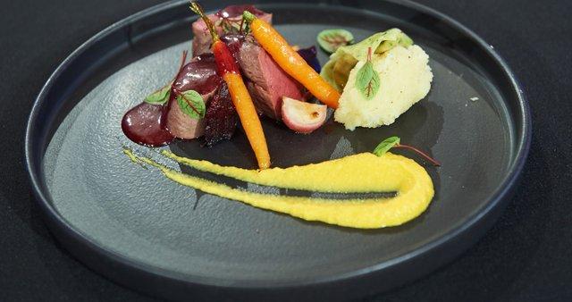 Srnin file s teranovo omako, špinačni raviol s skuto in črnim česnom, zelenjavni pire
