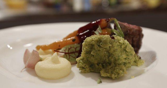Srnin file, krompirjev pire, zelena polenta, omaka iz jagodičevja
