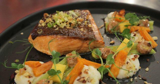 Dimljen losos z zelenim pirejem in pečenim porom