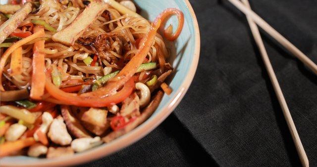 Noodle bowl z zelenjavo in mariniranim tofujem