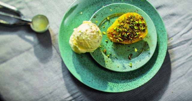 Pečen mango z medom in sladoledom
