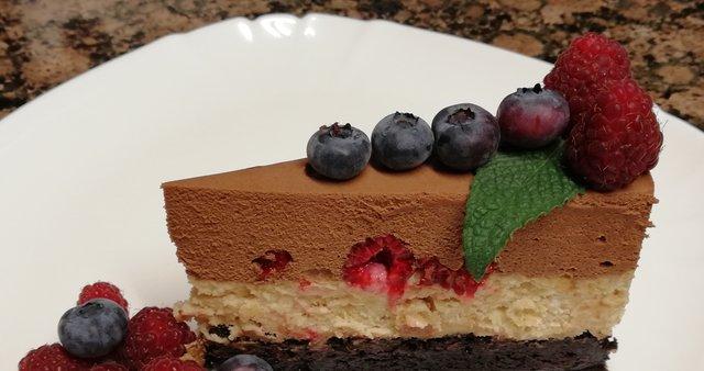 Čokoladno-arašidova torta z jagodičevjem