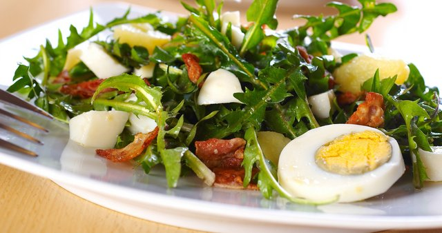 Regratova solata s krompirjem, jajci in slanino