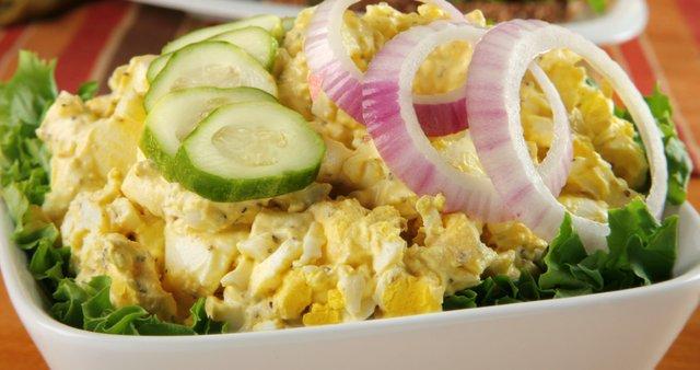 Zelena solata z jajci, čebulo in kumaro