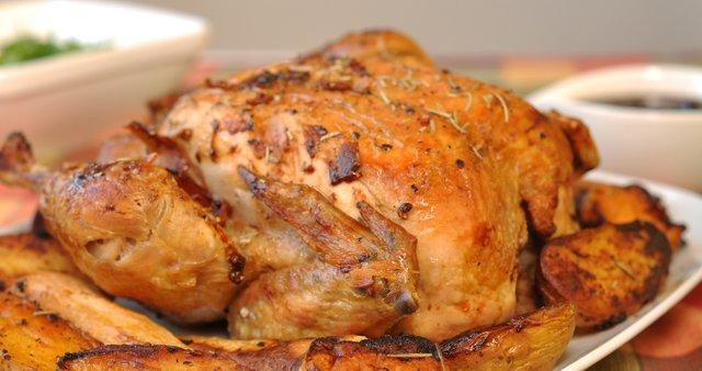 Pečen piščanec v gorčično-zeliščni marinadi