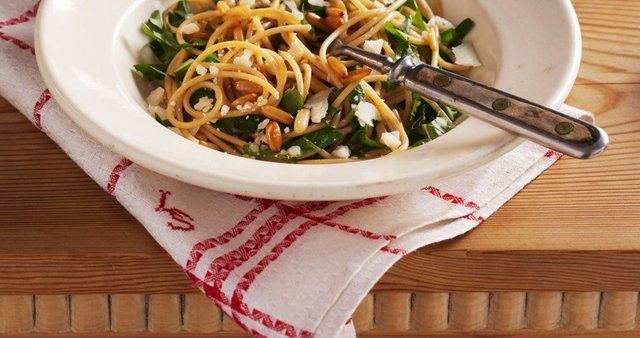 Polnozrnati špageti z regratom in pinjolami
