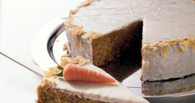Korenčkova torta s sladkornim oblivom