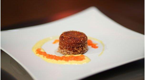 Obrnjena krompirjevo-čokoladna tortica s slanino, vanilijevo kremo in marmelado iz karameliziranega paradižnika