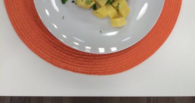 Ribji file s česnovim prelivom in kuhanim krompirjem