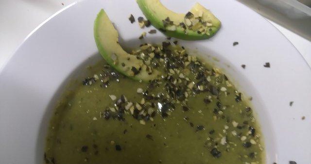 Grahova mineštra z avokadom in bučnimi semeni