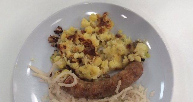 Pečenice s kislo repo in praženim krompirjem