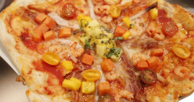 Pica z rakci, mečarico, panceto in eksotičnim sadjem