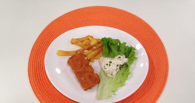 Ocvrt sir s tatarsko omako in ocvrt krompirček