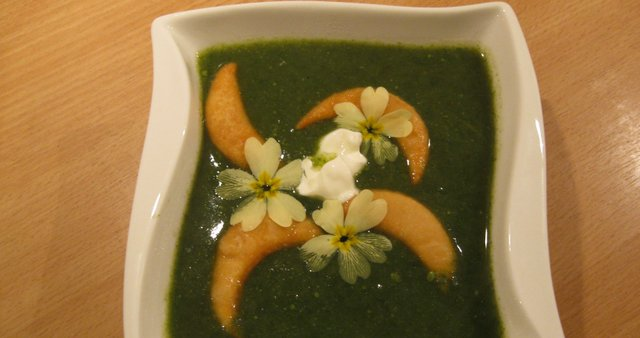 Čemaževo-koprivna juha z ocvrtim fižolom