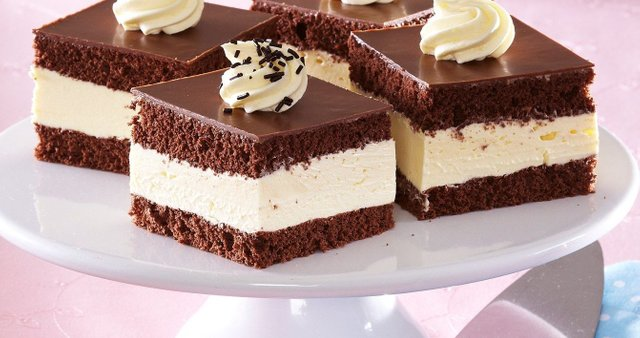 Čokoladne kocke z belo kremo