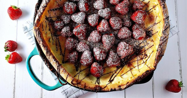 Nemška palačinka s čokolado in jagodami