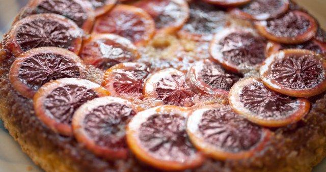 Obrnjena torta s škrlatno rdečimi pomarančami