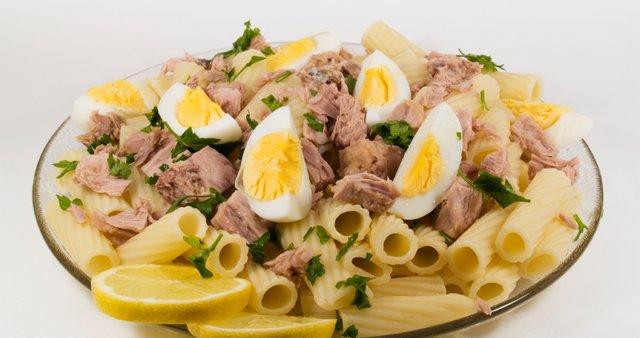 Peresniki s tuno in trdio kuhanim jajcem