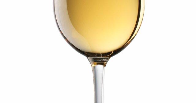 Kozarec belega polsladkega vina