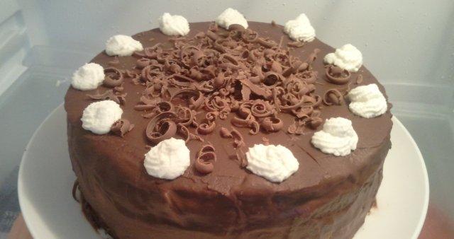 Čokoladna torta z breskvami