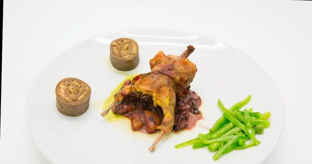 S proseno kašo in gobami polnjena prepelica z omako iz suhih sliv, marelic in hrušk
