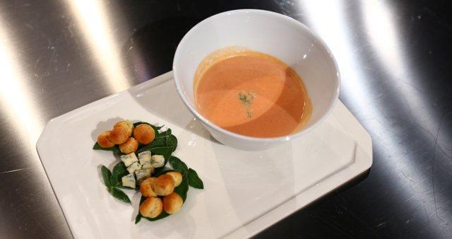 Koromačeva juha z rdečo peso in modrim sirom