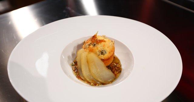Mafin z modrim sirom, kuhano hruško in medeno omako