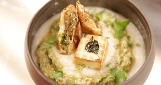 Cvetačni mousse, artičokini žepki in popečen tofu