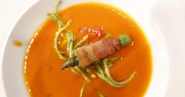 Paradižnikova juha z bučkami in šparglji