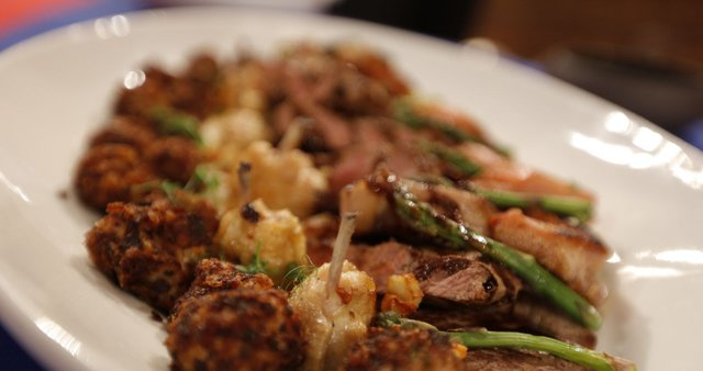 Mesna plošča s krompirjevimi tartufi