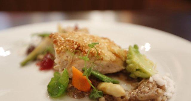 Rižota s krvavico, piščanec s hrustljavo skorjico in sotirana zelenjava