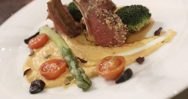 Jagnjetina v srajčki s porovo omako, bučnim pirejem in zelenjavo