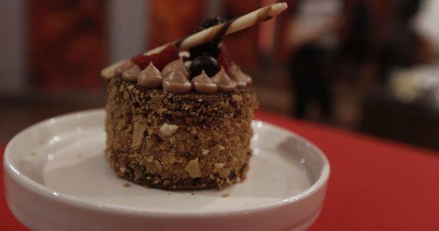 Kakavov biskvit s čokoladno kremo in jagodičevjem